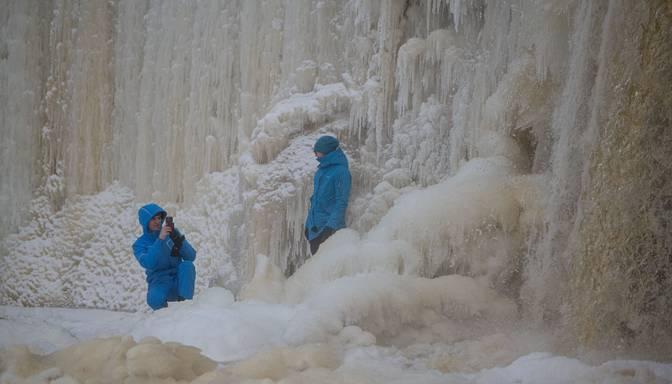 Platākais ūdenskritums Igaunijā pārvērties iespaidīgā ledus sienā