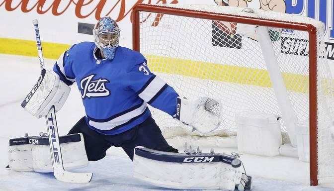 """Kuriozs """"gols"""" Vinipegā – NHL labākais vārtsargs Helibaks ielaiž vārtus no laukuma centra"""