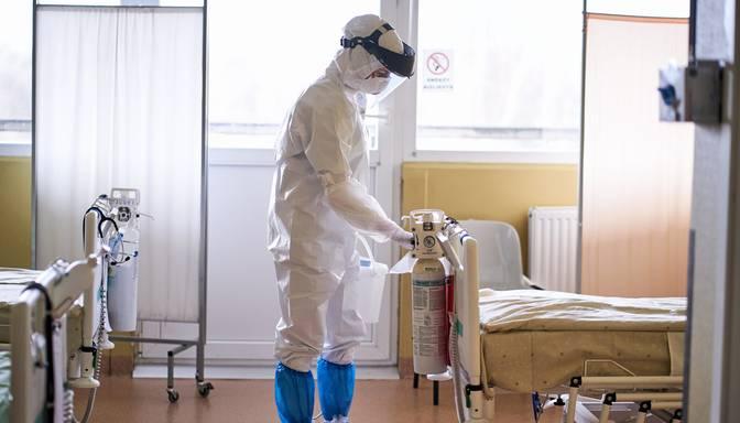 Covid-19 pacientu skaits slimnīcās – augstākais kopš maija