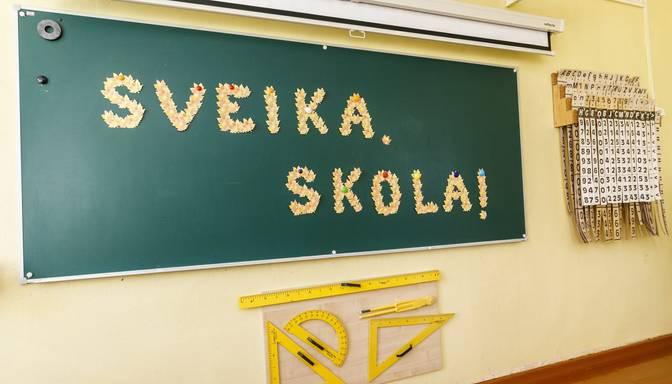 No septembra pedagogu zemākā mēneša algas likme būs 830 eiro
