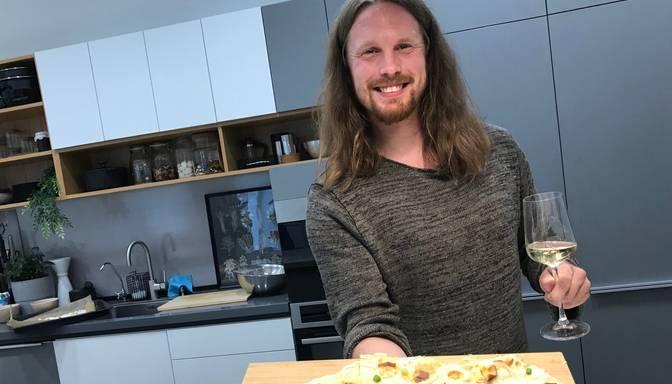 Mūziķis Jorans Šteinhauers gatavo liesmu kūku