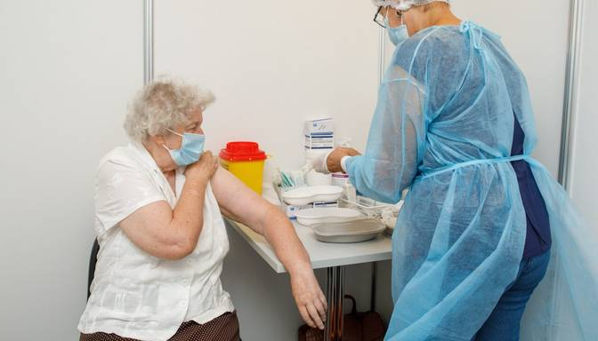 """Pētījums: """"Pfizer""""/""""BioNTech"""" trešā vakcīna senioriem palielina aizsardzību pret Covid-19"""