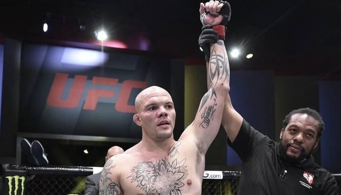 Gaidot UFC Smita un Spana cīņu – noskaties Smita uzvaru pār Klarku