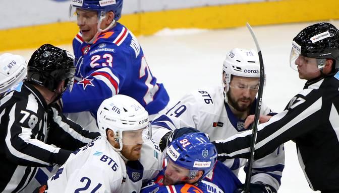 Sanktpēterburgas SKA hokejists spēles laikā iesit tiesnesim pa seju