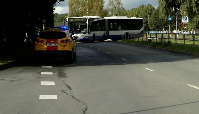 """Pļavniekos ar pasažieriem pilnu autobusu taranē kāds """"Audi"""" šoferis"""