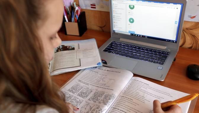 Attālināto izglītības procesu turpinās vēl 98 izglītības iestādēs