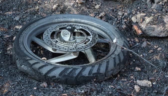 Traģēdija uz Liepājas šosejas: pēc sadursmes ar divām kravas automašīnām gājis bojā motociklists