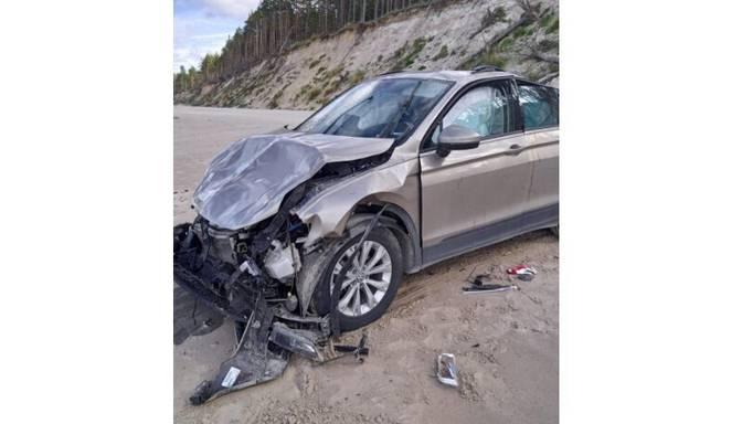 Jūrkalnē pludmalē atrasta avarējusi automašīna ar mirušu vadītāju