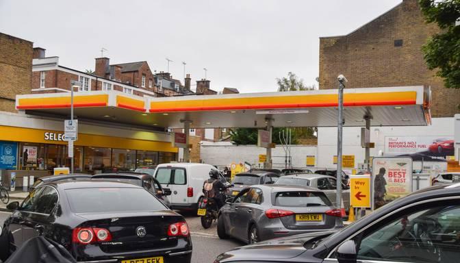 Lielbritānijā degvielas piegāžu kavēšanās dēļ dažviet to paniski izpērk