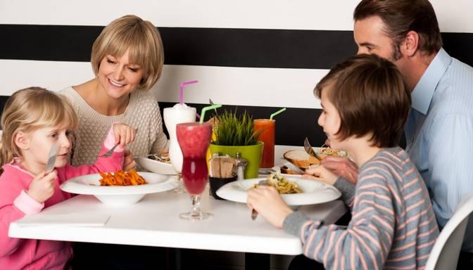 """Restorānu biedrība: Ēdinātājiem ir jāļauj vakcinētos pieaugušos ar bērniem apkalpot """"zaļajā"""" režīmā"""