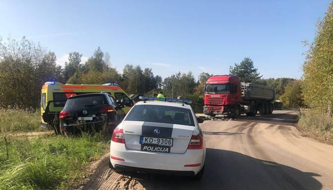 Apvidus auto frontāli ietriecas smagajā spēkratā; avārijā ir viens cietušais