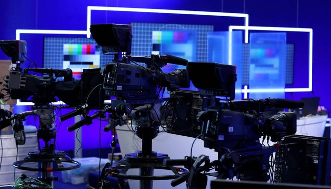 Covid-19 noliedzēji iebrukuši Slovēnijas televīzijā