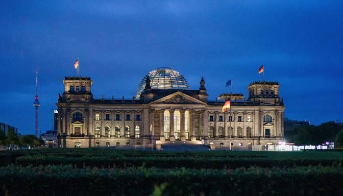 Bundestāga vēlēšanu priekšvakarā sarucis sociāldemokrātu pārsvars pār konservatīvajiem