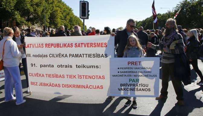 Pasākumā pret obligātu vakcināciju Daugavas krastmalā pulcējas vairāk nekā 1000 cilvēku
