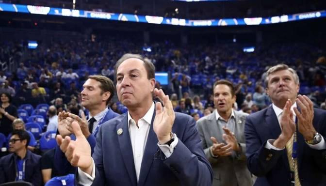 """Par komentāriem Simonsa situācijā NBA piešķir """"Warriors"""" īpašniekam bargu naudas sodu"""