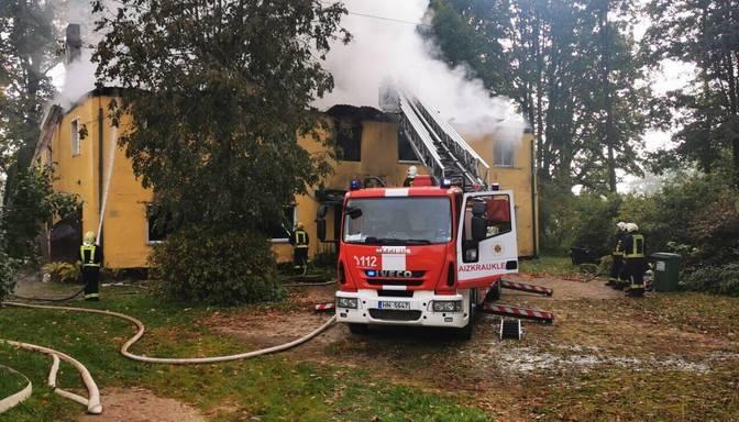 Birzgalē ēkas ugunsgrēkā liesmas izpostījušas ap 500 kvadrātmetru dzīvojamās platības