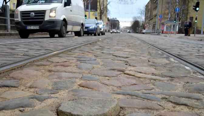 Rīgas dome spiesta pirkt jaunu bruģi Ušakova laikā saremontētajai Barona ielai