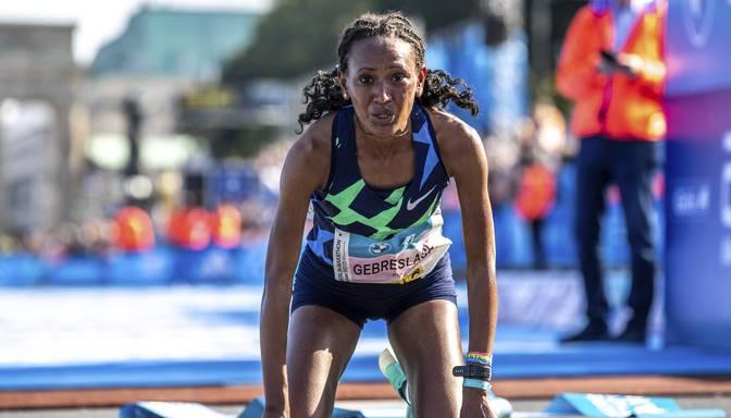 Berlīnes maratonā uzvar Etiopijas skrējēji Gebreslase un Adola