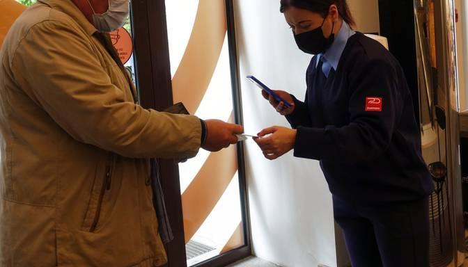 Lietuvā iereibis vīrietis mēģinājis iekļūt lielveikalā ar svešu Covid-19 sertifikātu; viņam var draudēt arī cietumsods