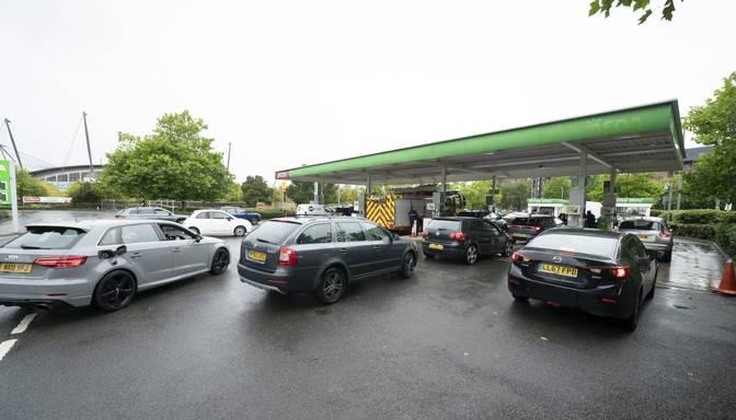 Lielbritānijā turpinās paniska degvielas pirkšana; valdība apsver piegāžu nodrošināšanai izmantot armijas spēkus