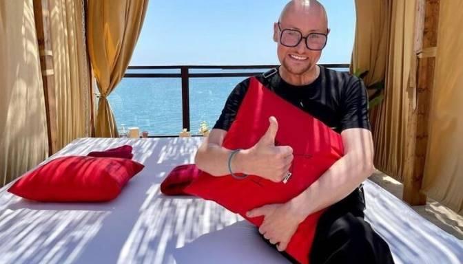 Vēzi pārslimojušais Krievijas dziedātājs Šura ir sagatavojis baltu zārku un iegādājies vietu kapsētā