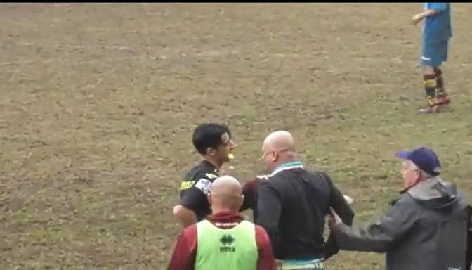 Itālijas zemāko līgu futbola mačā treneris uzbrūk tiesnesim un iesit pa seju