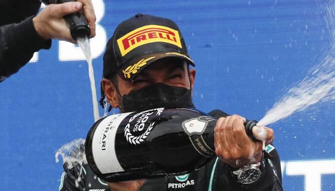 Hamiltons slapjajā Soču trasē finišē pirmais un izcīna savu 100. F1 uzvaru