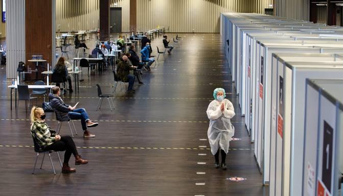 Ņemot vērā vīrusa izplatību, cilvēki steidz vakcinēties pret Covid-19; veidojas rindas