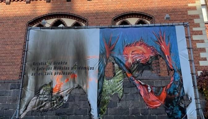 Pie Latvijas Mākslas akadēmijas sadedzināts mākslinieka Brektes atbalsta plakāts