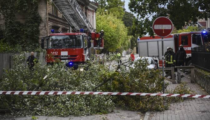 Stiprais vējš nodarījis postījumus Rīgā: nolauztie koki uzkrituši sešiem auto un vienam cilvēkam