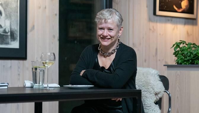 """Foto: """"ideālo vakariņu"""" šovā viesus uzņem rakstniece un politiķe Dace Rukšāne-Ščipčinska"""