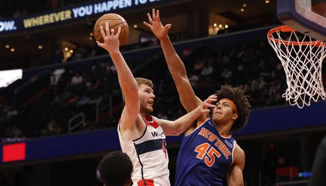 """Bertānam astoņi punkti un zaudējums pārbaudes spēlē pret """"Knicks"""""""