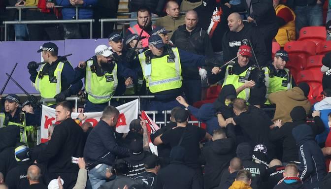 FIFA soda futbola līdzjutējus par uzbrukumu policistiem spēles laikā