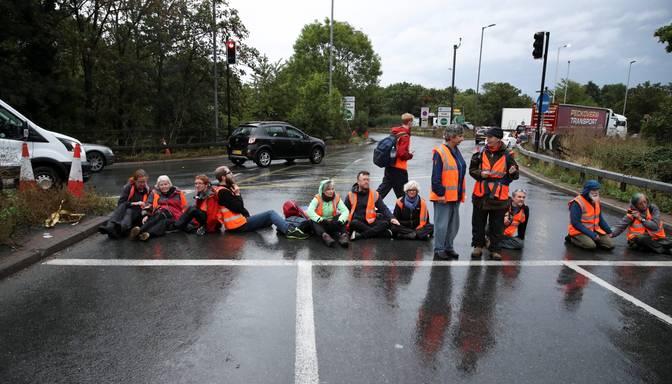 Klimata aktīvisti atkal bloķē ceļus Londonā