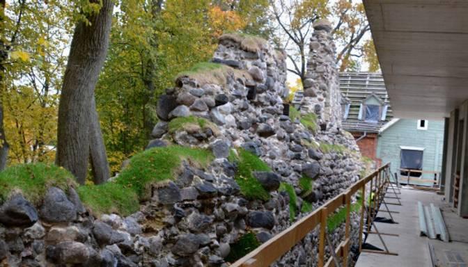 Pabeigta Valmieras pils mūra atjaunošana un konservācija