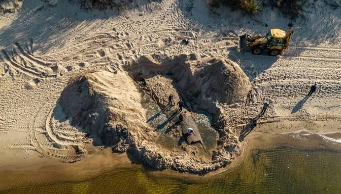 Daugavgrīvas pludmalē uziet sena koka kuģa fragmentu