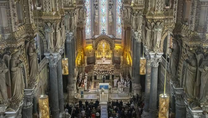 Francijas katoļu baznīcā konstatē plaši izplatītu seksuālo izmantošanu; kopš pērnā gadsimta vidus – 216 000 upuru