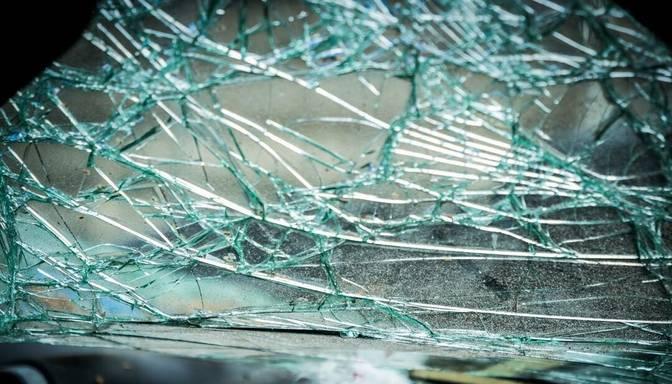 Vīrietis alkohola reibumā izraisa avāriju; negadījumā cieš pasažieri
