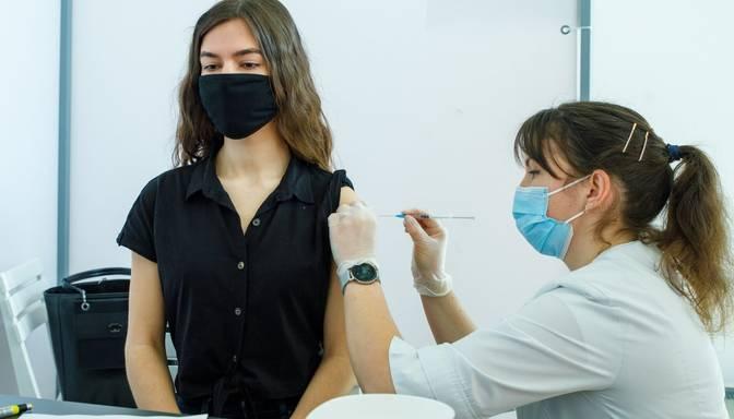 Vakcinācija pret Covid-19: vismaz vienu poti saņēmusi puse Latvijas iedzīvotāju