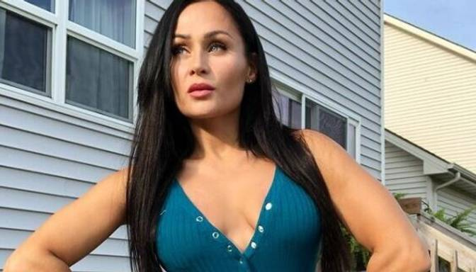 Fitnesa skaistulīte Karīna Akmens veikusi steidzamu krūšu implantu aizvietošanas operāciju