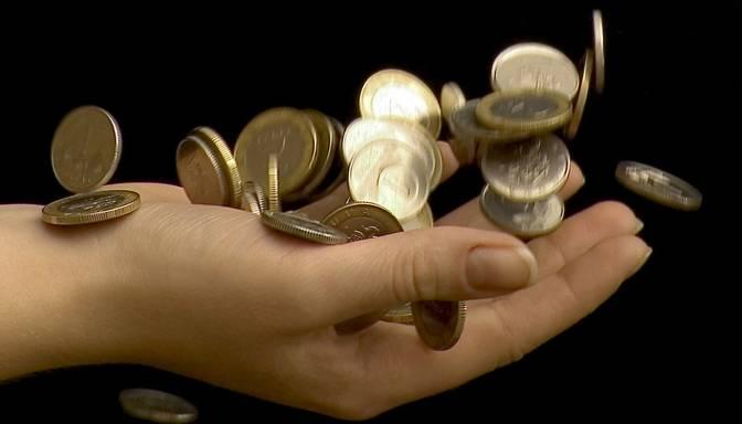 Latvija slīgst vidēju ienākumu slazdā